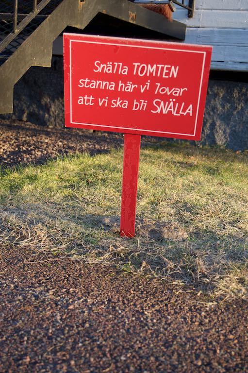 """""""Lieve tomte, stop hier, wij beloven lief te zijn"""". Gisteren was er een kleine kerstviering in het församlingshem."""