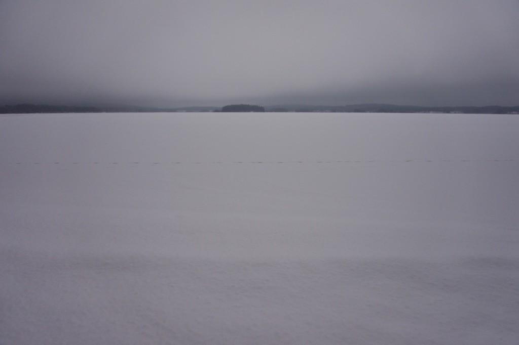 Met het grijze weer van vandaag ziet zo'n bevroren meer er wel heel verlaten uit.