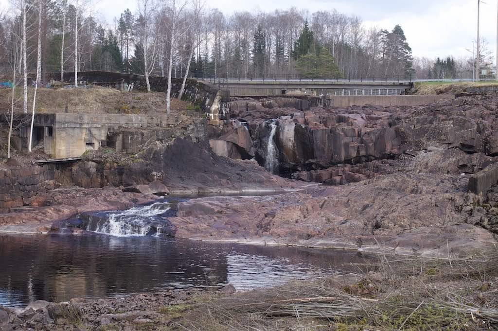 Bruksmiljö in Munkfors. Nu lijkt de rivier bedding bijna droog te staan. Zes keer per jaar gaat de dam open en verandert het in een woest kolkende massa water.