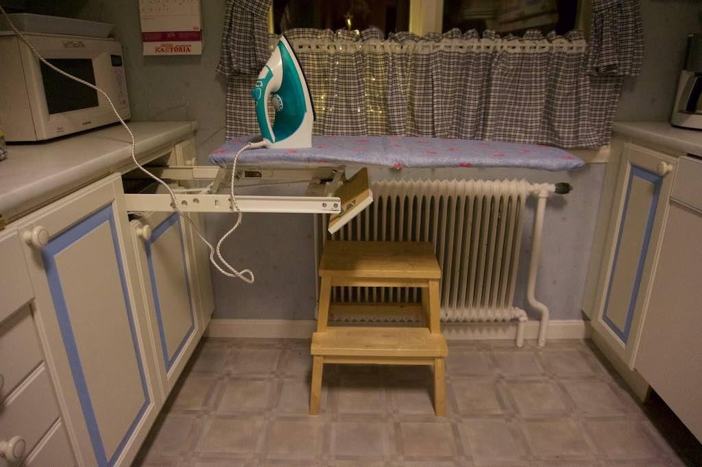 Het blijft handig, een strijkplank in een keukenla.